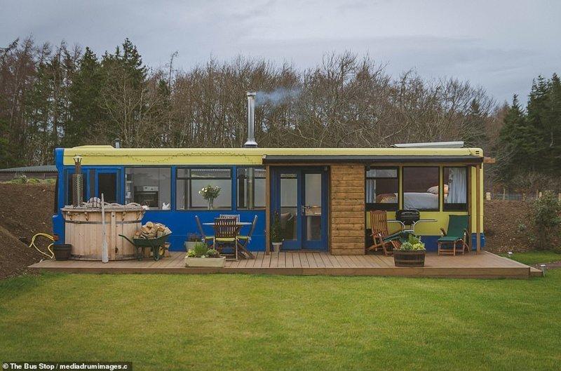 Два бывших автобуса трансформировали в роскошные апартаменты на ферме