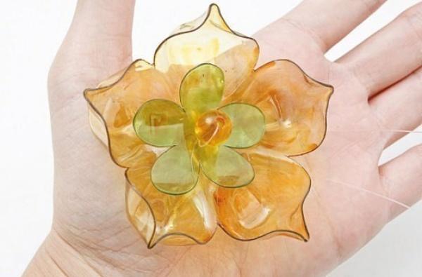 цветок из пластиковой бутылки, фото с сайта nadlanu.com