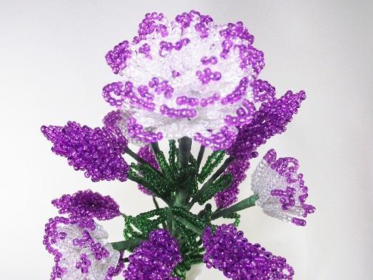 Цветы, дерево и браслеты из бисера
