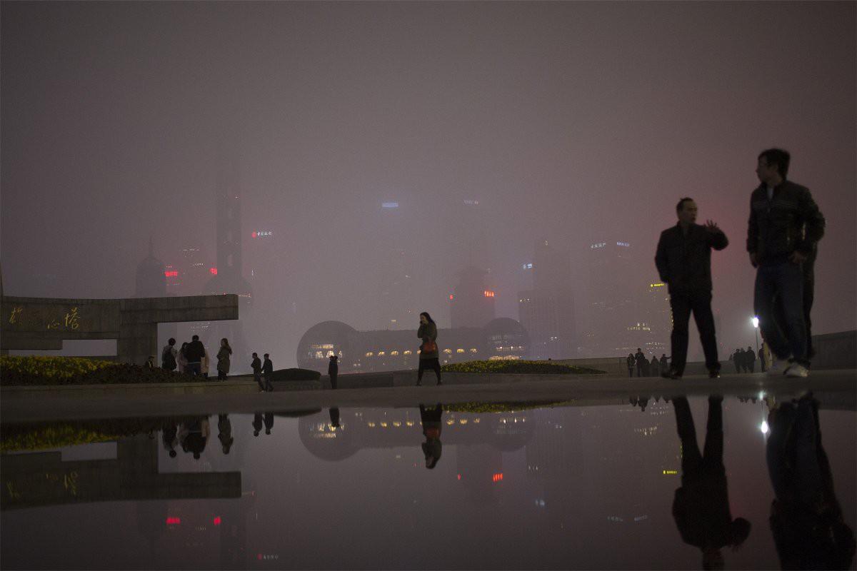 Прохожие гуляют по набережной Вайтань недалеко от финансового и делового центра Пудун в центре Шанхая загрезнение, китай, природа