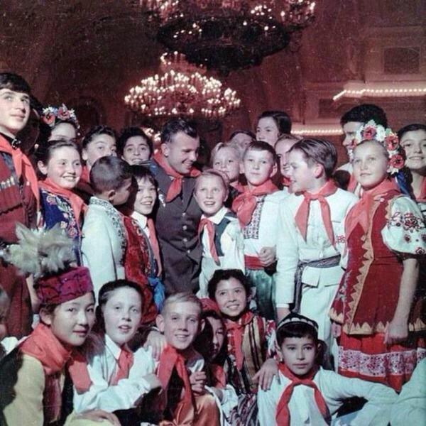 Юрий Гагарин на новогодней ёлке в Кремле. Январь 1962 г.