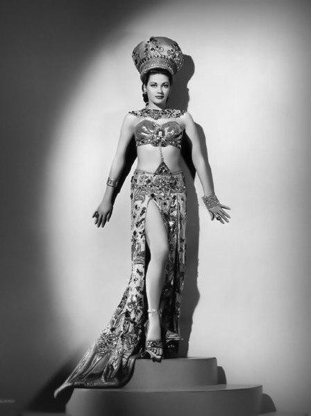 Ивонн де Карло в фильме «Саломея, которую она танцевала» (1945)