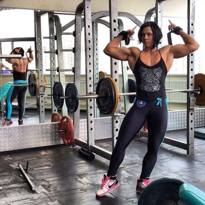 Сильная, ну очень сильная женщина! качок, сила, спорт