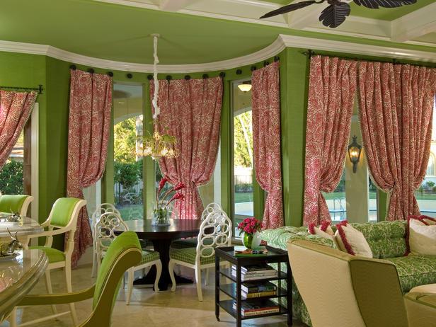 зеленый потолок и белый карниз