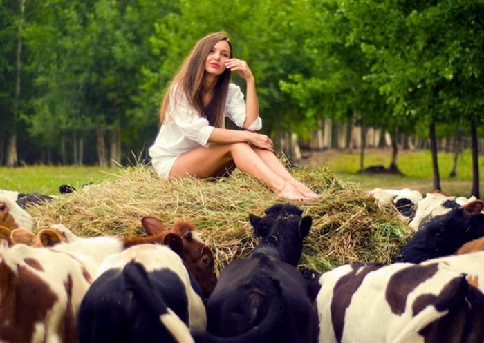 316Деревенские девушки отдыхают на природе фото