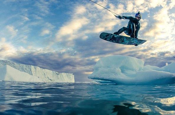Россиянин покорил ледник на вейкборде
