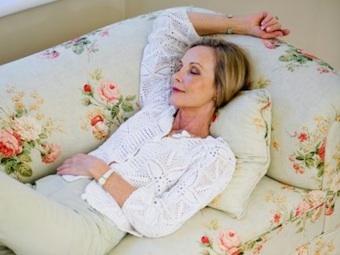 Фитнес и йога, лежа на диване