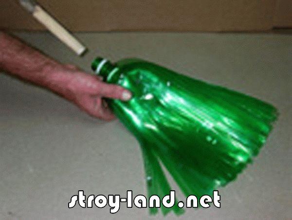 Метлу тоже сделаем из пластиковых бутылок.