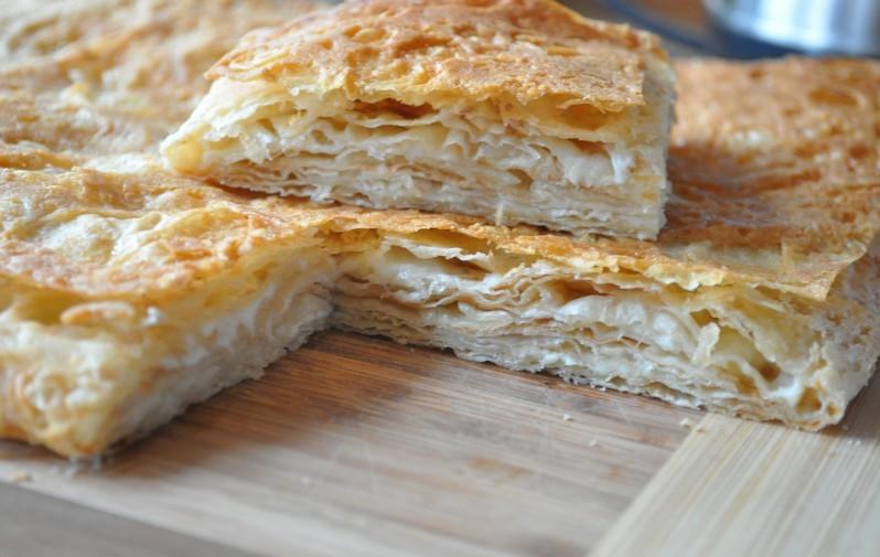 Пирог из слоеного теста с сыром и курицей с
