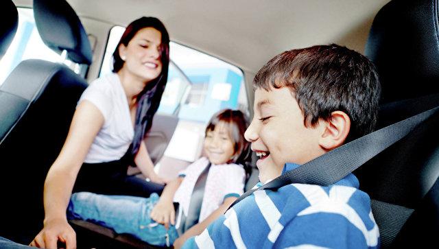 Кабмин разрешил перевозить детей от 7 лет на заднем сиденье без автокресла