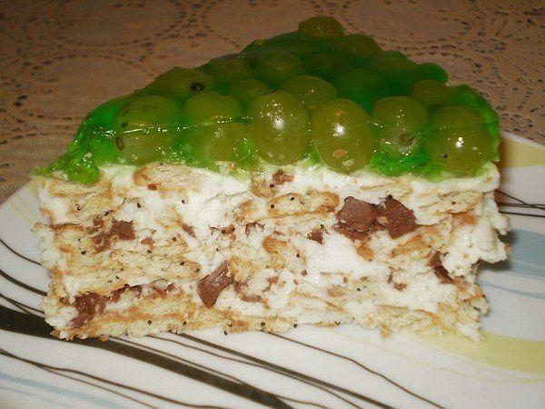 Торт без выпечки с виноградом.