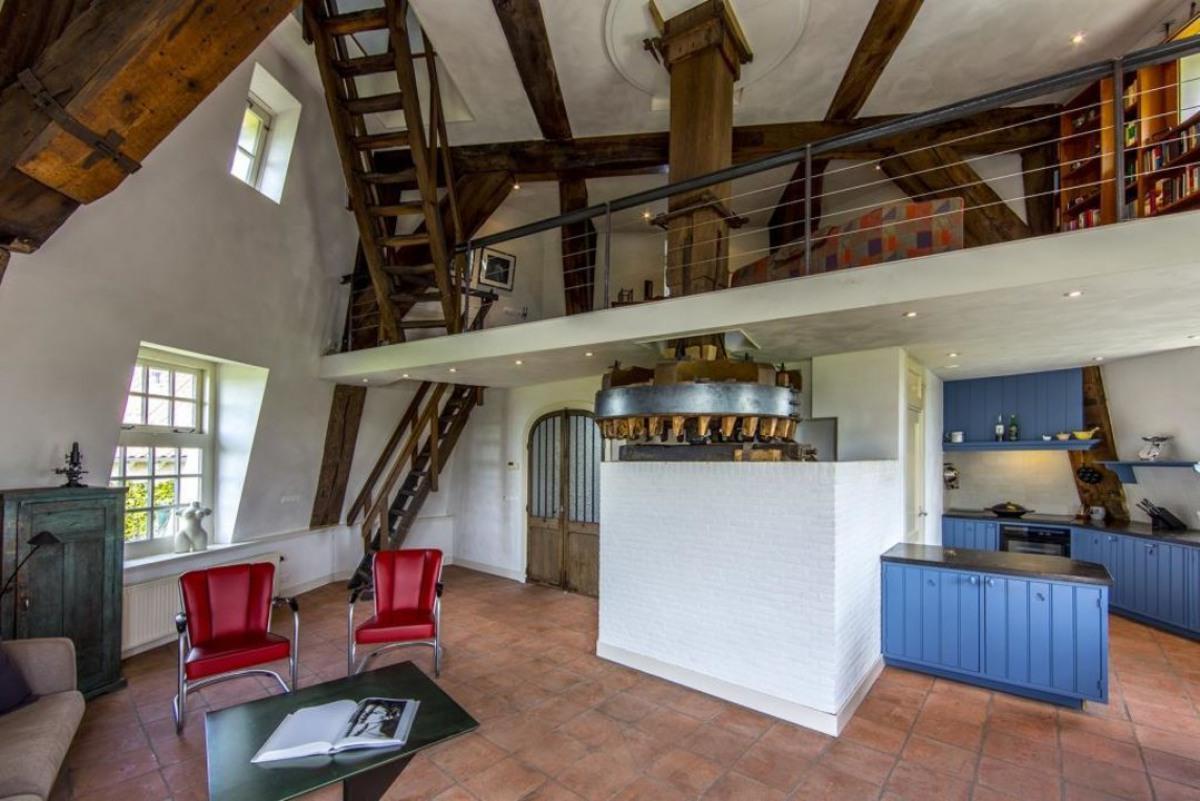 Дом у воды в старинной голландской мельнице