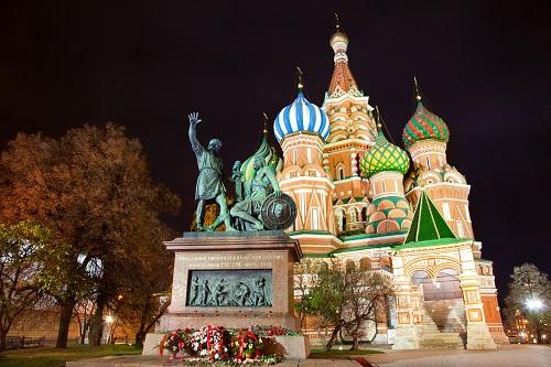 В 1931 году памятник Минину и Пожарскому перенесли за ограду храма Василия Блаженного (Фото: Nickolay Vinokurov, Shutterstock)