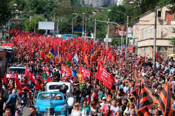 Запад в шоке: в Кишинёве, в марше под красными знамёнами Победы приняли участие 65 тысяч человек