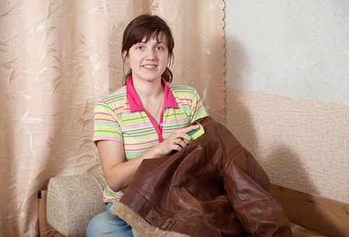 Как почистить кожаную куртку и вернуть ей блеск в домашних условиях?