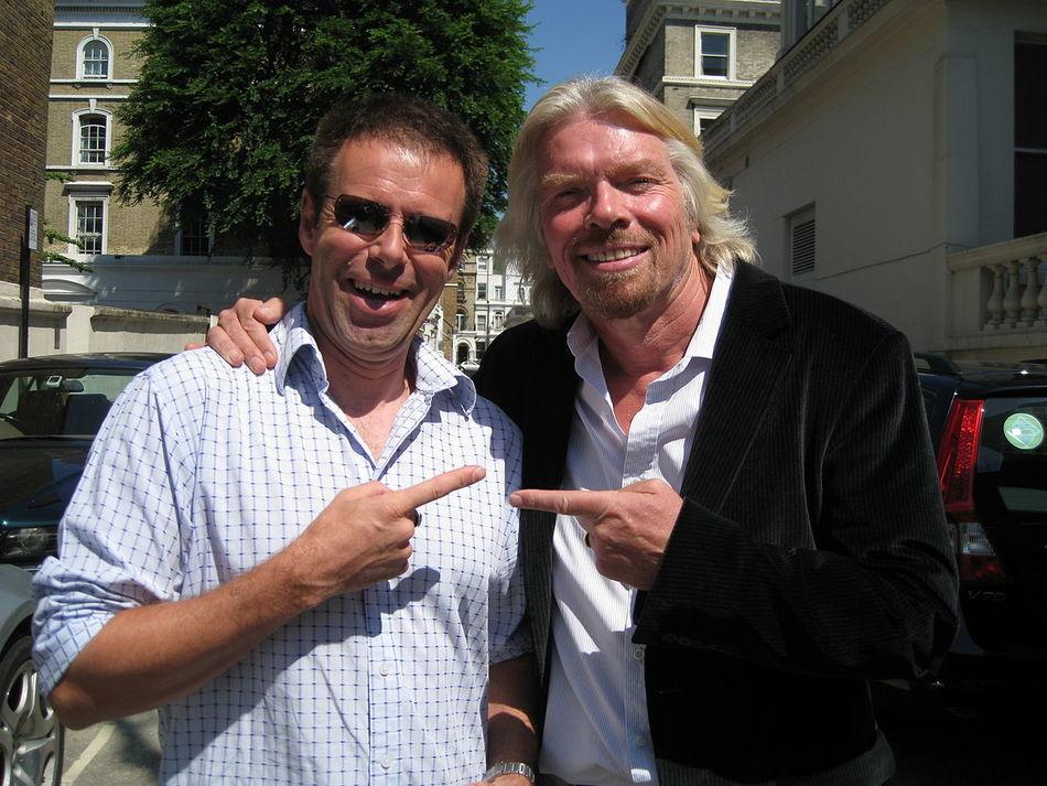 Этот мужчина продал свою жизнь на еBay, чтобы иметь возможность путешествовать!