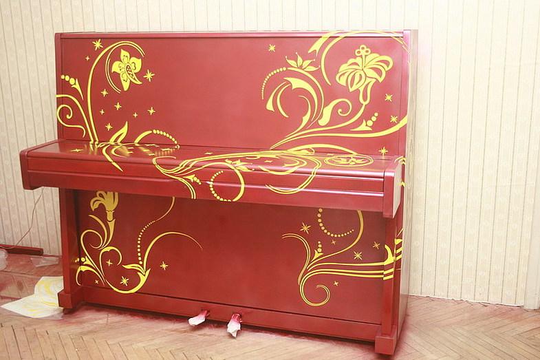 Декорирование пианино Наклеен трафарет.
