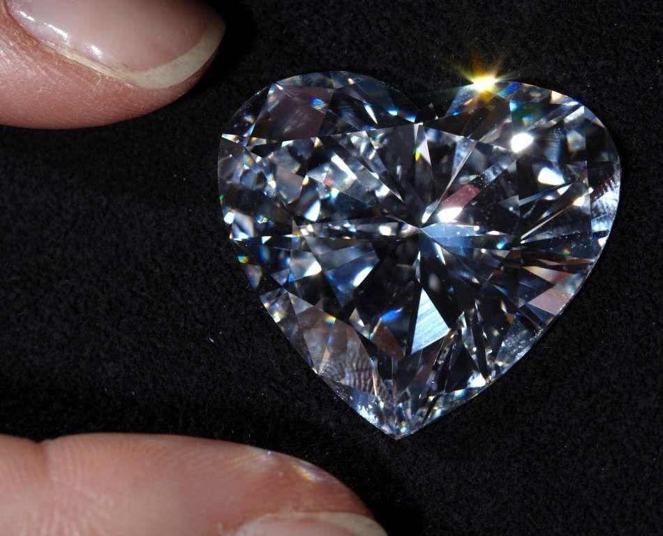 Неогранённый бриллиант в форме сердца.