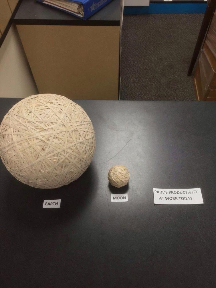7. Кто-то, кто оценил работу Пола, показав её в масштабе Земли и Луны, сделанными из резинок люди, работа, развлечения