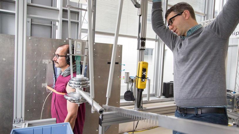 В Германии роботов учат бить…