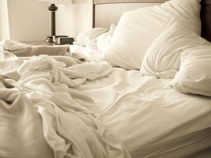 Почему не надо застилать свою постель