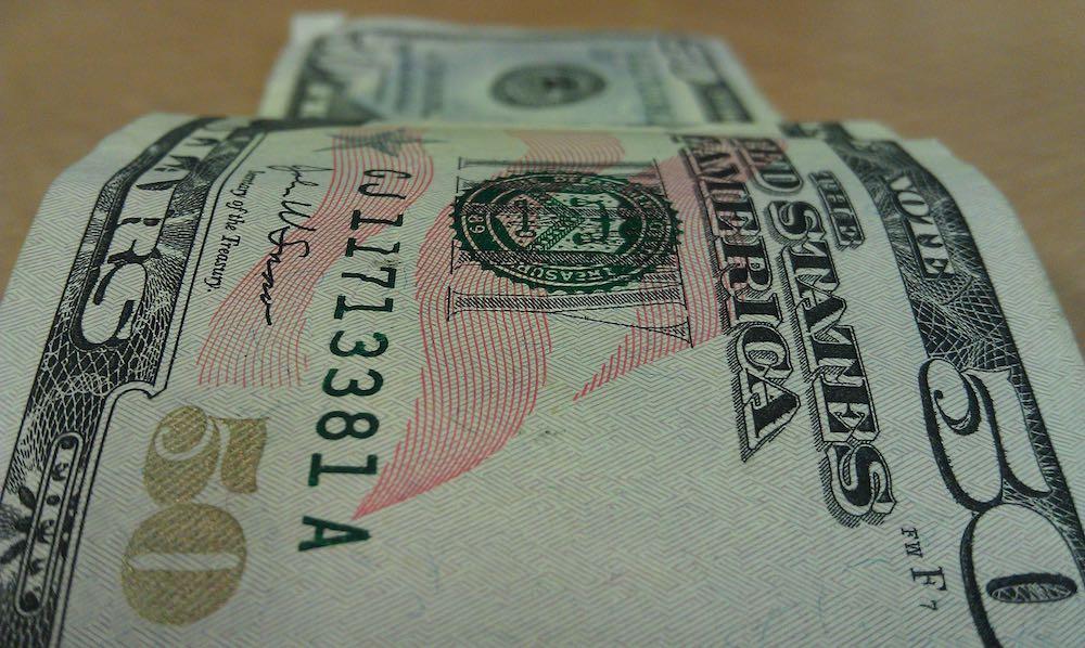 Вашингтон рубит доллар санкциями: национальные валюты вытесняют «резервную»