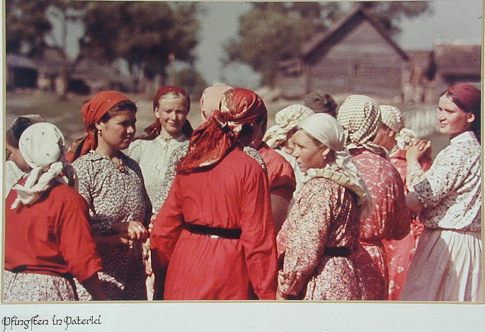 Советские крестьянки на день Святой Троицы в деревне Патерки (Paterki). Калужская область  деревня, фото