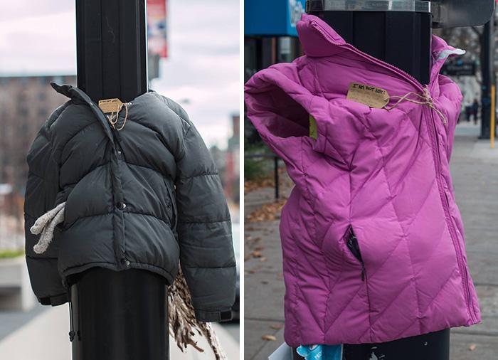 Жители города были удивлены, увидев старую одежду на столбах. Но причина этого доводит до слёз...