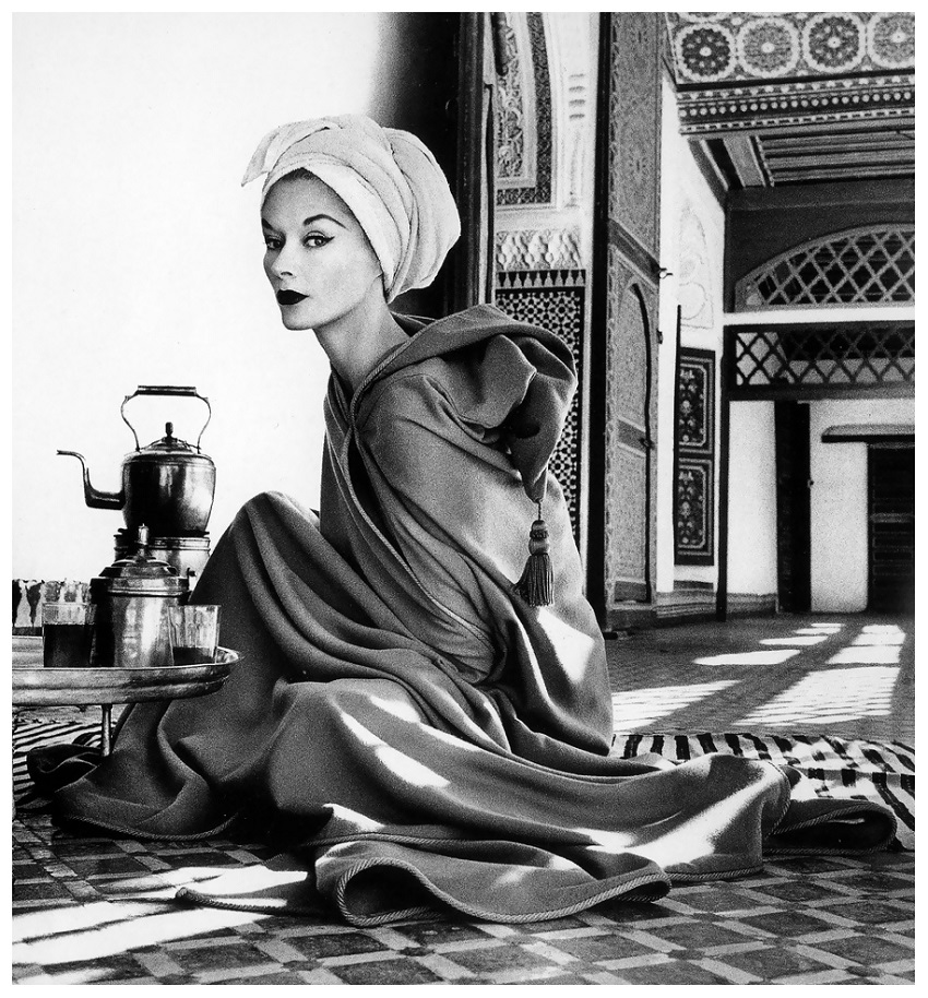 con Lisa Fonssagrives in robe by Jean Dèsses, La Bahia Palace in Marrakech, Morocco, 1951, photo by Irving Penn, published in Vogue, January 1952.jpg