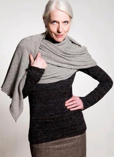 Свитер, юбка и шарф на женщине 60-ти лет