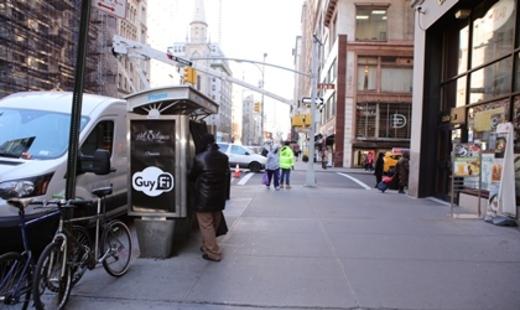 """В центре Нью-Йорка появилась кабинка для """"снятия стресса"""" у мужчин"""