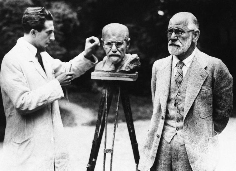 Зигмунд Фрейд позирует во время изготовления собственного бюста скульптором Оскаром Немовым. Вена. Первая Австрийская Республика, 1931 год знаменитости, история, редкие кадры, фото