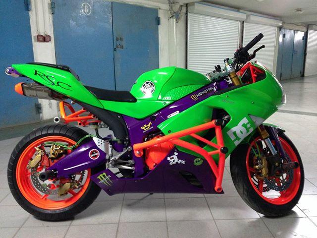 Еще один мотоцикл покрашенный светящейся краской
