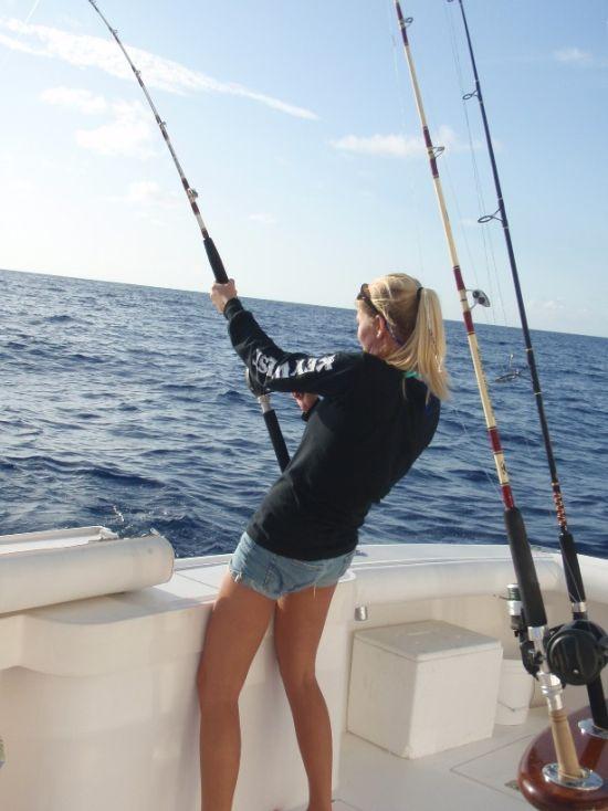 девушка рыбачка на катере