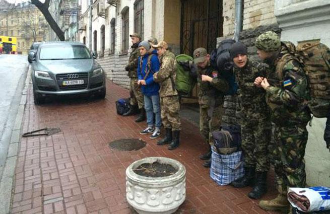 Киев готовится бросить в зону конфликта батальоны 16-летних