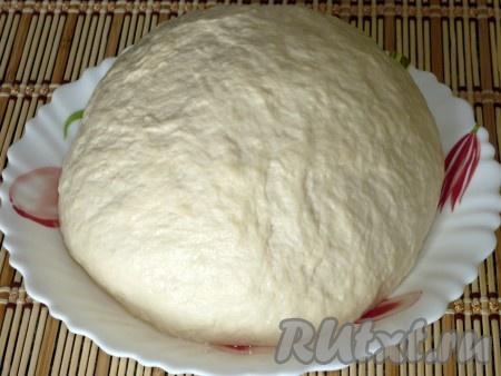 Готовим тесто для нудлей. В кефир кладем соль, соду, затем добавляем муку и вымешиваем мягкое тесто.