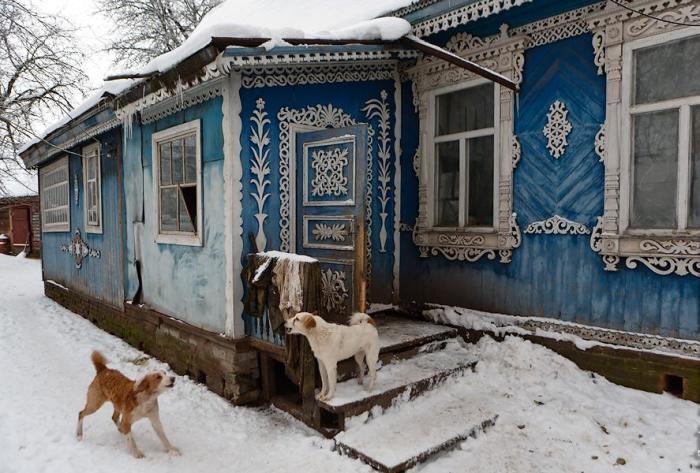 Пенсионер превратил деревенский дом в царский дворец
