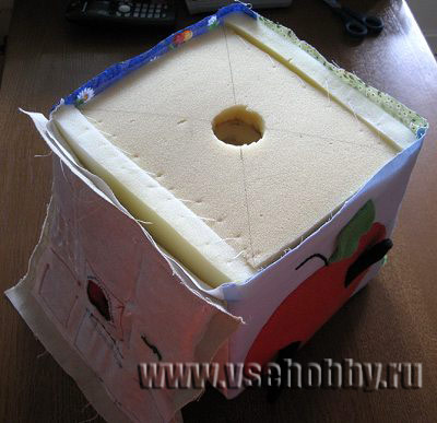 грани сшиваем на машинке и вставляем поролонный наполнитель развивающего кубика для малыша