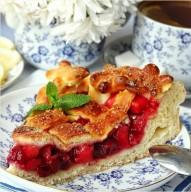 Домашний пирог с вишней и яблоком