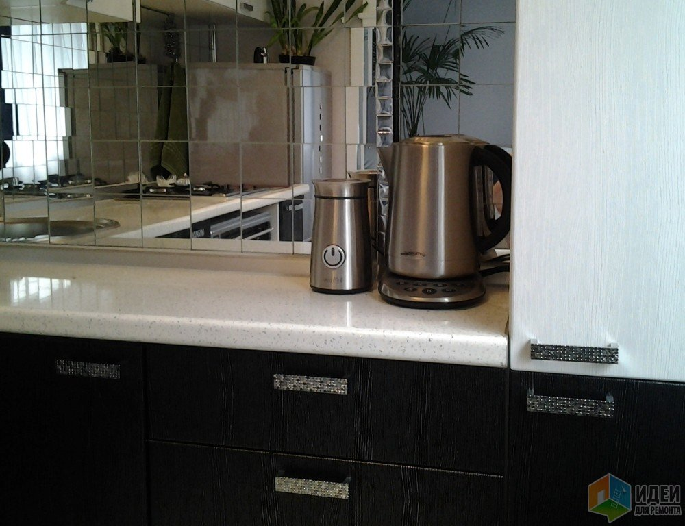 Белая кухня, зеркальный кухонный фартук