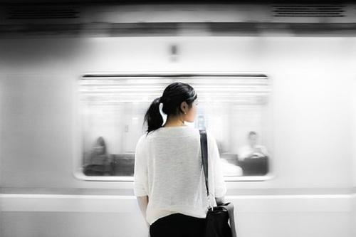 Девушка  упала подпоезд настанции метро вМоскве, она погибла
