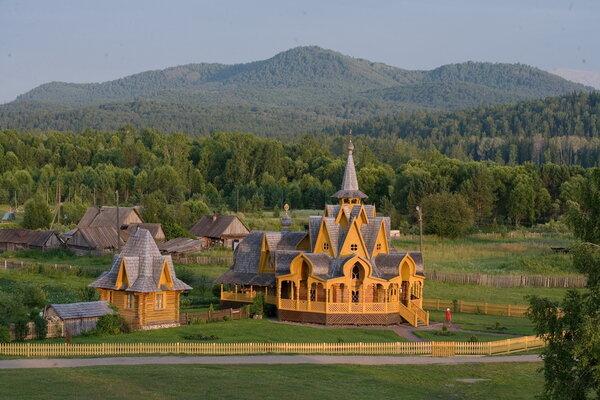 Трудно поверить, что эта деревня со сказочной архитектурой находится в глухой тайге