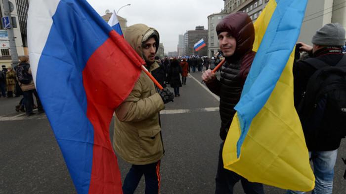 Киевляне выходят на улицы с флагами РФ