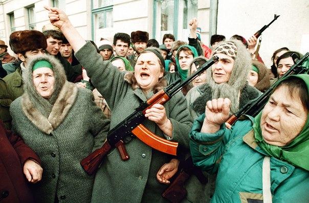 Чеченские женщины во время антироссийской акции перед зданием парламента. Грозный.15 декабря 1994 года.