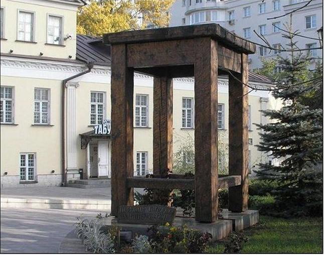 Памятник табурету. Москва Прикольные памятники, факты
