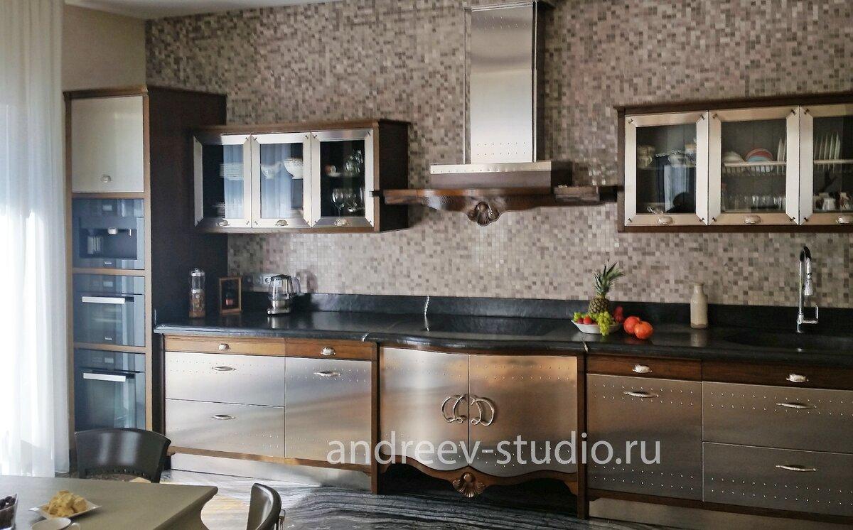 Фартук кухни может быть выполнен из мелкой микстовой стеклянной мозаики, создавая общий фон стены для мебели кухни (фото авторов).