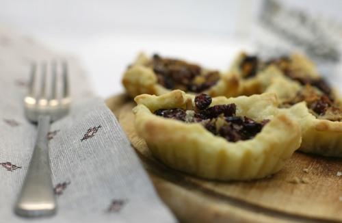 Корзиночки из творожного теста с клюквой и грецкими орехами