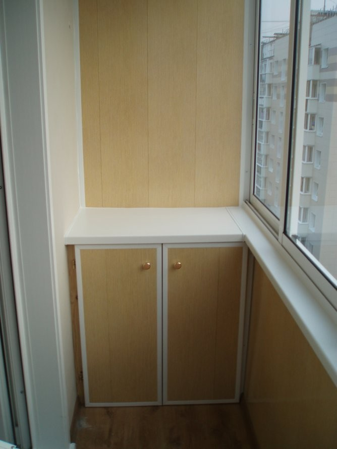 Отделка балкона шкафы и тумбы.