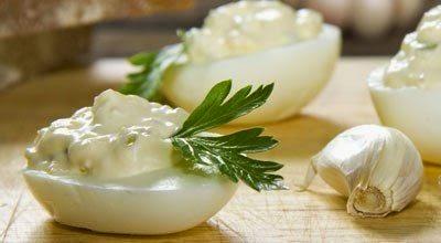 Фаршируем яйца соленым огурцом и чесноком