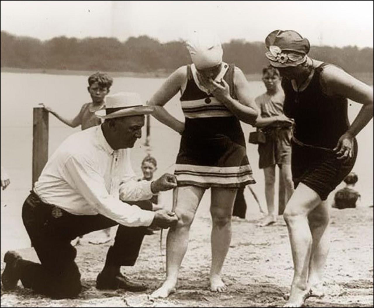 Измерение длины купальника. Если он слишком короткий, женщину могут оштрафовать.1920 Историческая фотография, история, факты